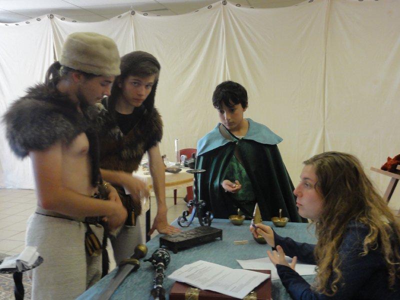 Adolescents faisant un jeu grandeur nature médiéval en colonie de vacances d'été