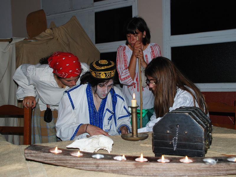Adolescents jouant à un jeu de role en colonie de vacances été