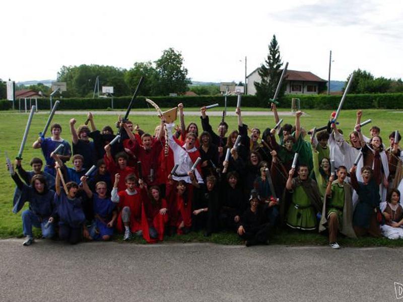 Groupe d'enfants et ados déguisés en colonie de vacances jeux de role pour cet été