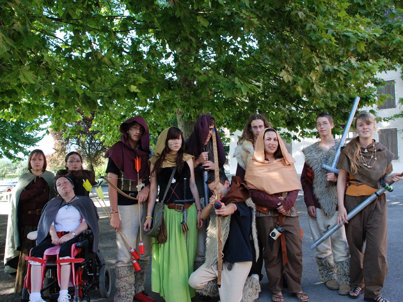 Adolescents déguisés en colonie de vacances de jeux de rôles été