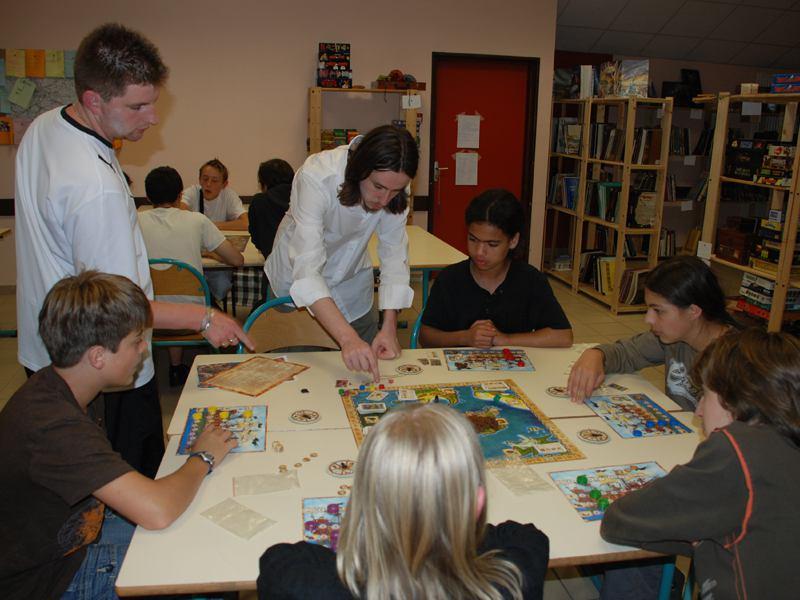 Enfants en colonie de vacances jouant aux jeux de société