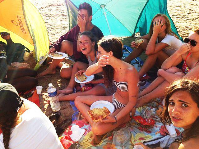 groupe d'ados en pique nique en colonie de vacances à la mer
