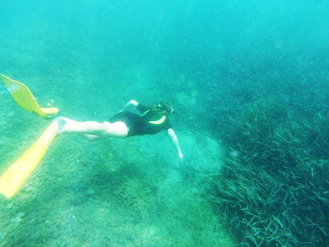 ado en plongée sous marine durant une colonie de vacances mer