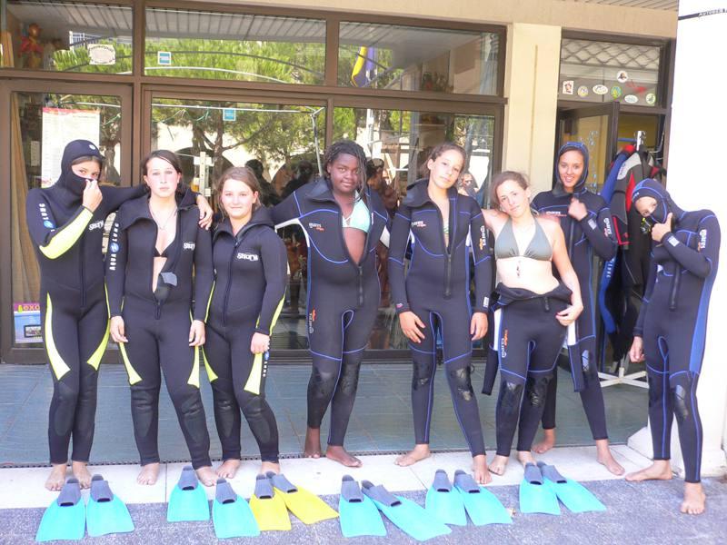 groupe d'ados en tenue de plongée cet été en colo
