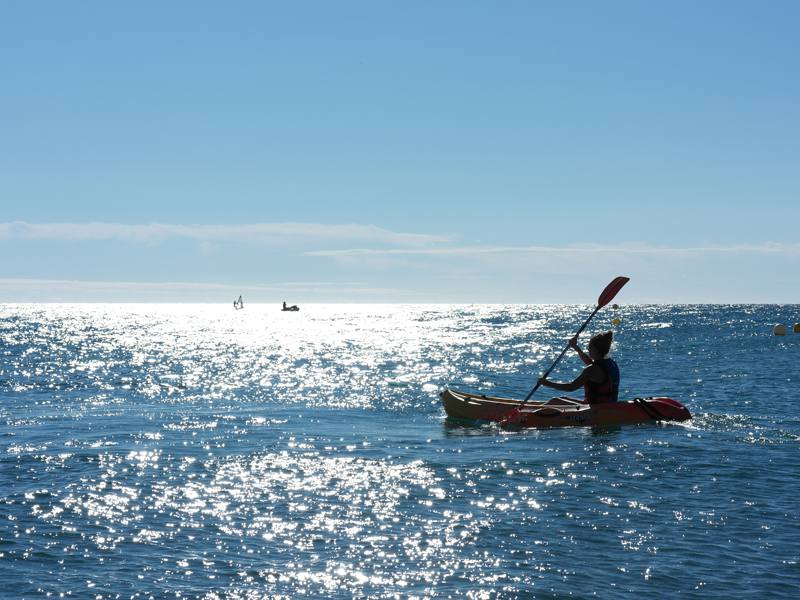 ado faisant du kayak en colo a la mer