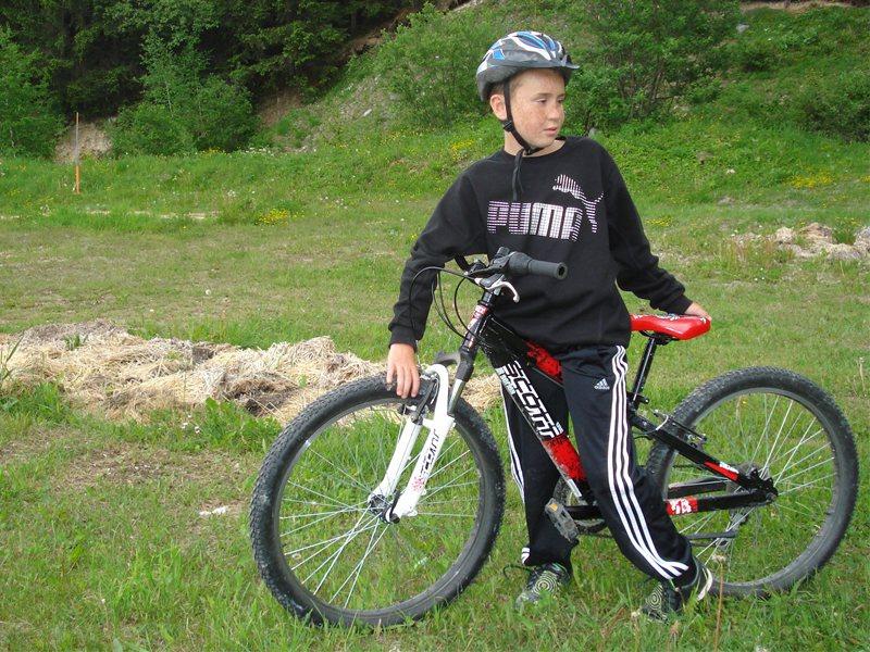 Enfant sur son vélo en colonie de vacances d'été