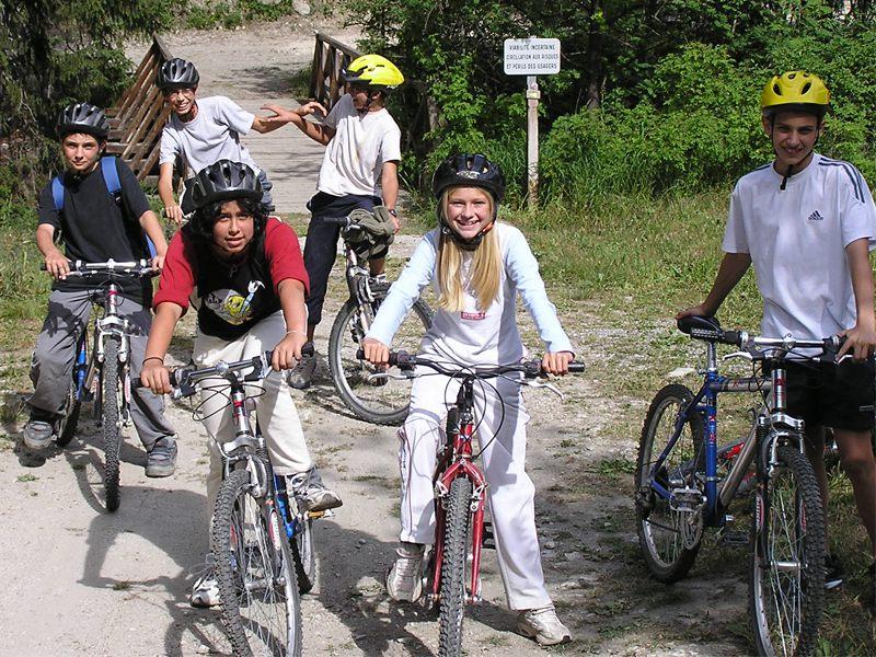 Groupe d'enfants à vélos en colonie de vacances à la campagne cet été