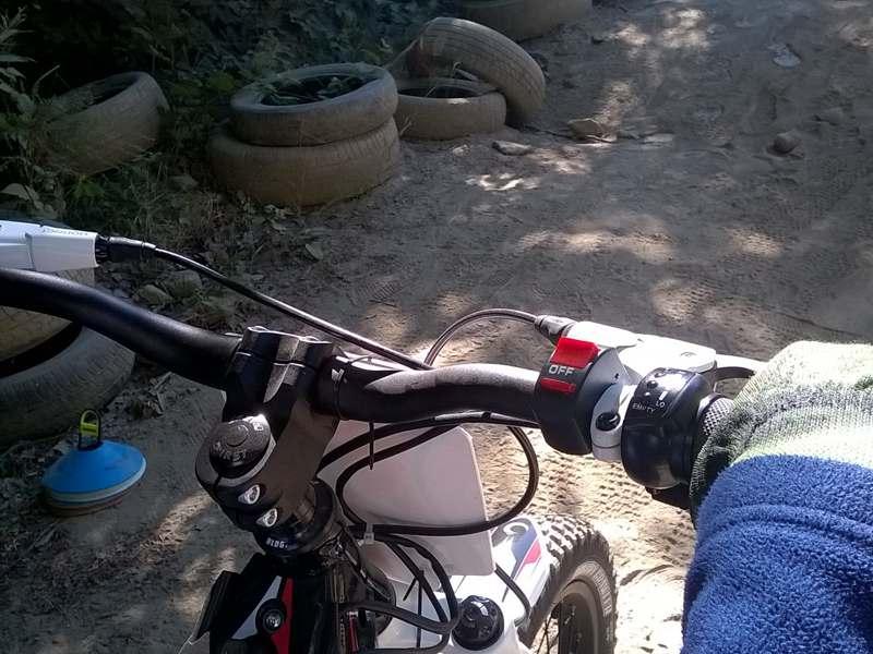 Vue sur un guidon de moto cross pour enfants en colonie de vacances d'été