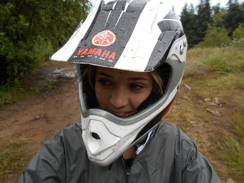 Portrait d'une jeune fille en colo portant un casque de moto