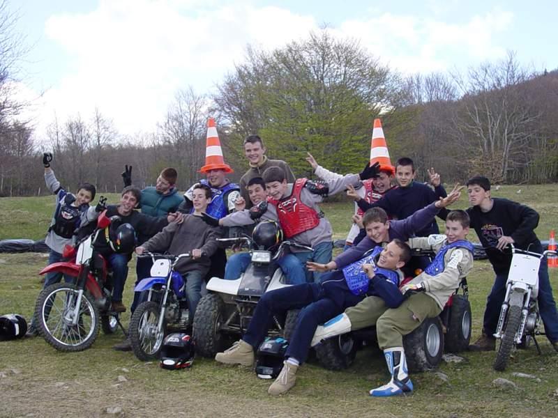 Groupe d'enfants en moto cross en colonie de vacances d'été