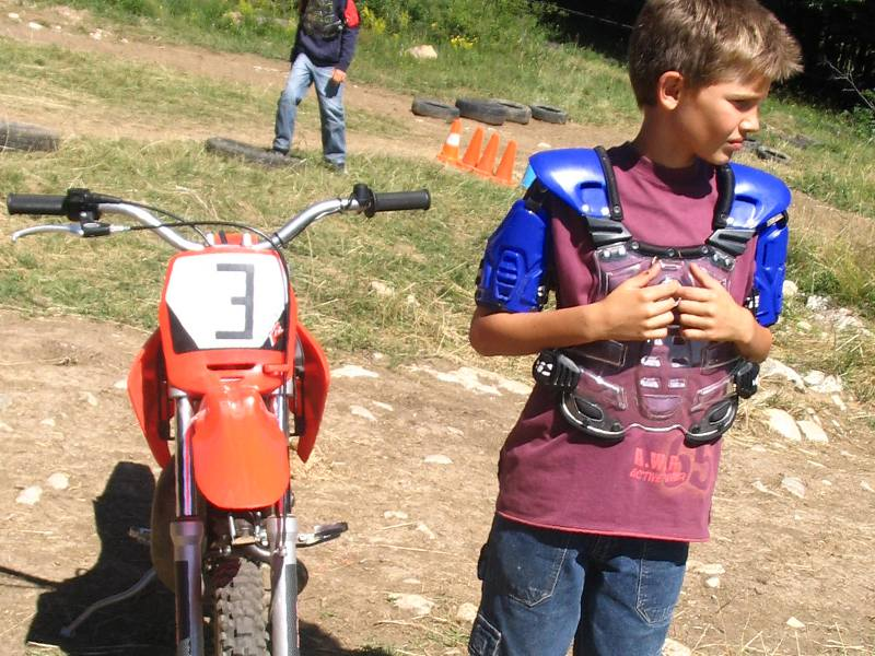 Enfant portant un équipement de moto en colonie de vacances sports mécaniques été