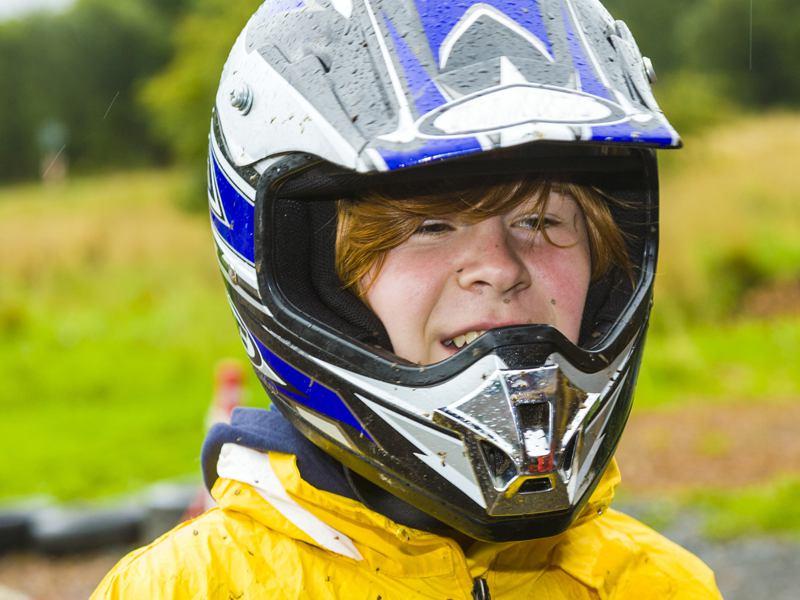 Portrait d'un enfant portant un casque de moto en colonie de vacances moto cross