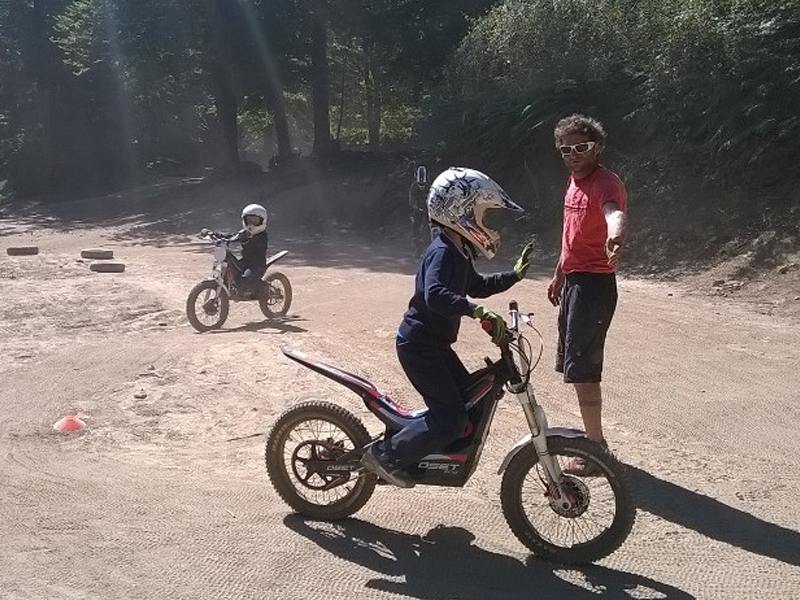 Jeune garçon apprenant à conduire une moto en colo