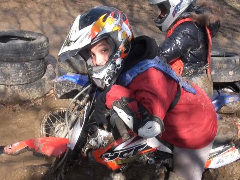Jeune garçon sur sa moto en colonie de vacances d'été