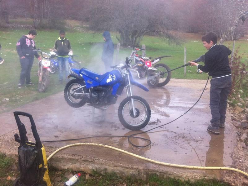 Ados et enfants nettoyant leur moto en colo