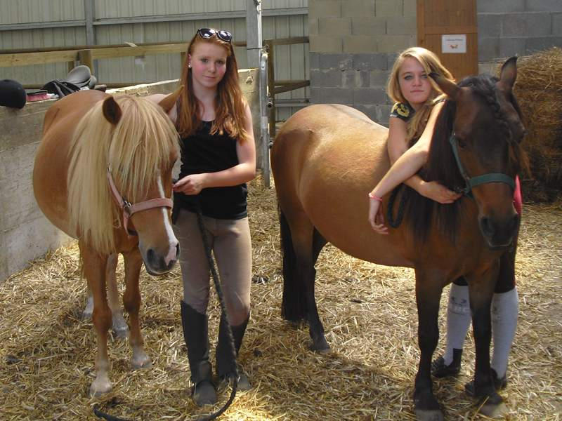 Deux jeunes filles et leur cheval en colonie de vacances cet été