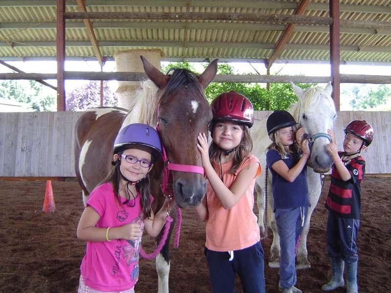 Portrait de deux jeunes filles avec leur cheval en colonie de vacances été