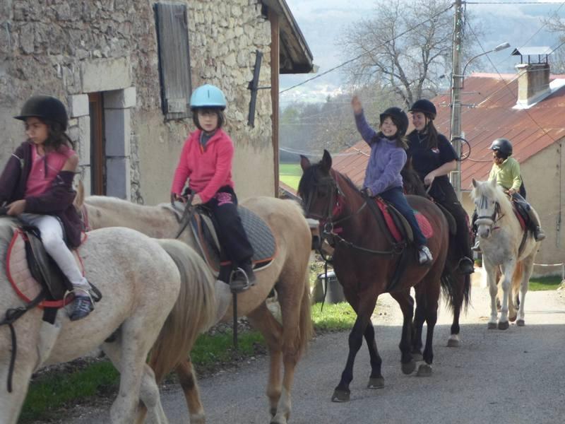 Groupe d'enfants à cheval en balade en colonie de vacances équitation été