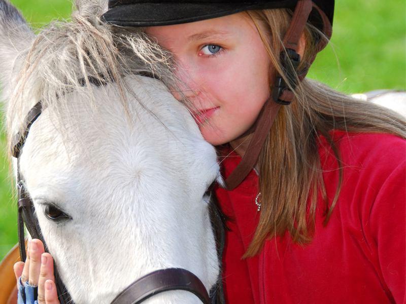 Portrait d'une jeune fille et son cheval en colonie de vacances