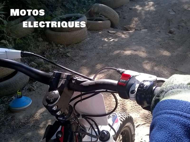 Guidon d'une moto électrique tenue par un enfant en colonie de vacances moto été
