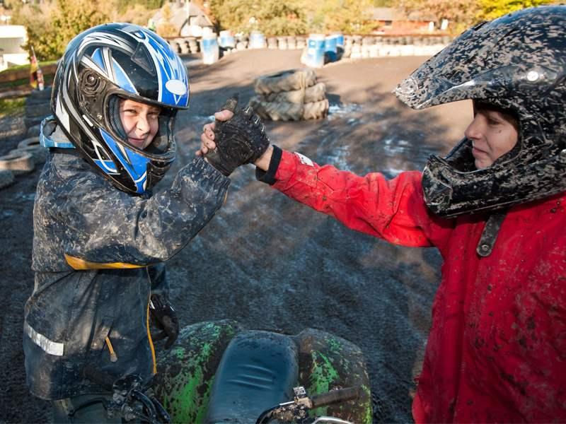 Deux enfants se serrant la main en colonie de vacances moto cross été
