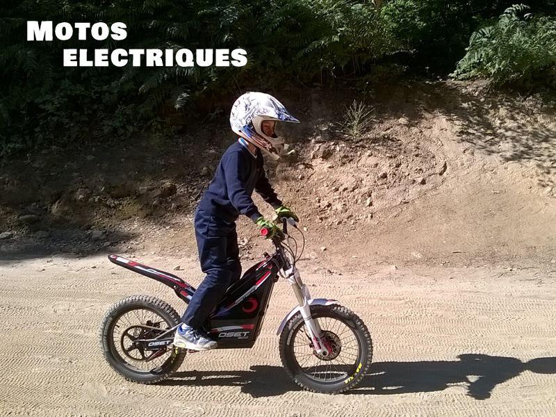 Enfant sur une moto électrique en colonie de vacances