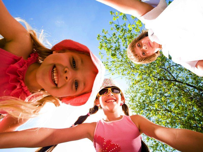 Trois enfants s'amusant en été en colonie de vacances