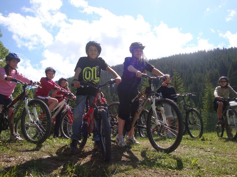 Groupe d'enfants en randonnée vélo en colonie de vacances multiactivités été