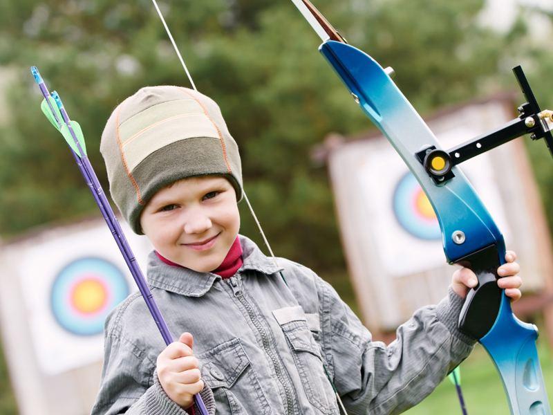 Jeune garçon avec son arc pour le tir à l'arc en colonie de vacances été