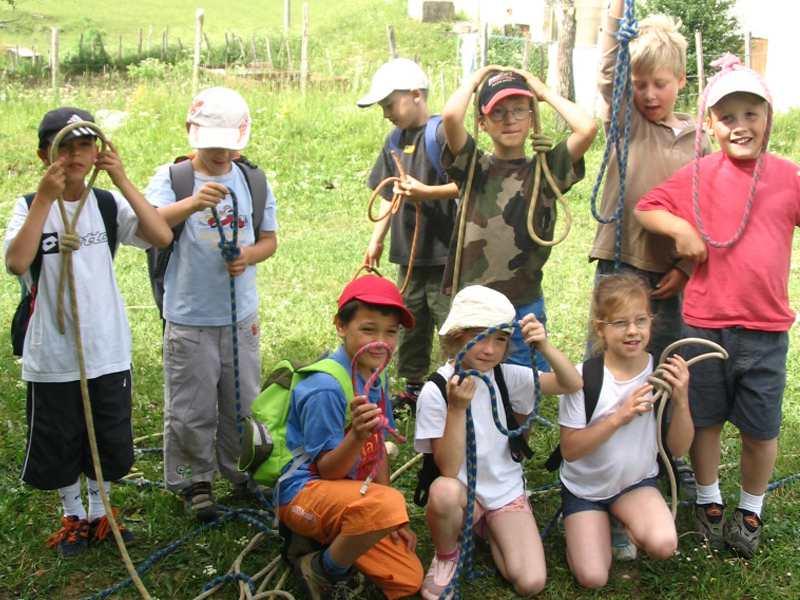 Groupe d'enfants montrant leurs noeuds de corde appris en colonie de vacances aventuriers été