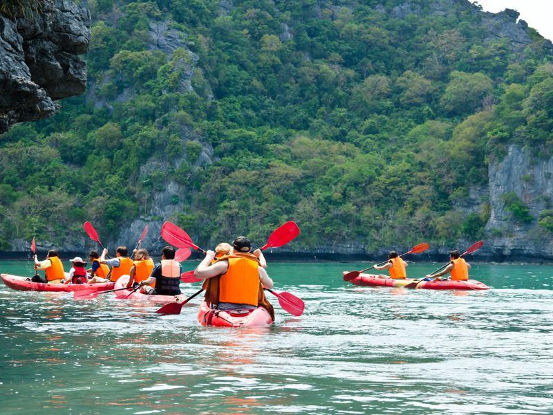Groupe d'adolescents et enfants en balade en canoe kayak en auvergne en colonie de vacances