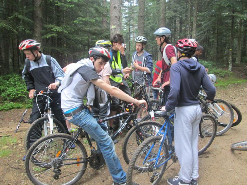 Adolescents en pleine forêt en randonnée à vélo en colonie de vacances été