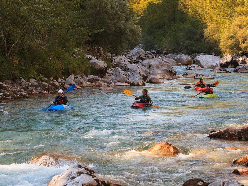 Enfants faisant du canoe kayak en colonie de vacances multi activités été