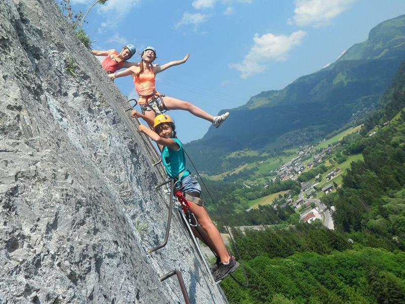 Groupe d'enfants faisant de l'escalade sur voies naturelle en colo