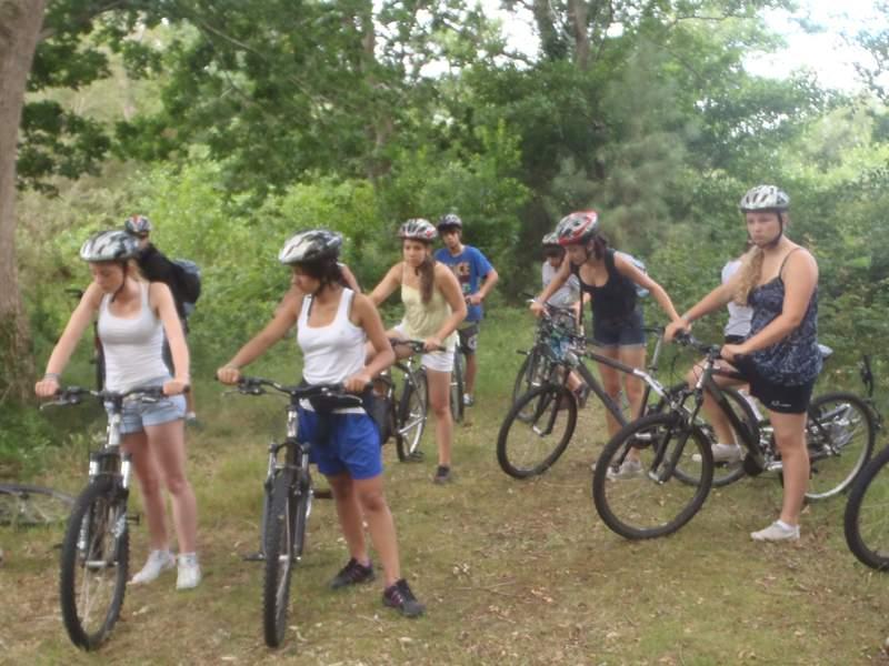 Ados en randonnée à vélo en colo