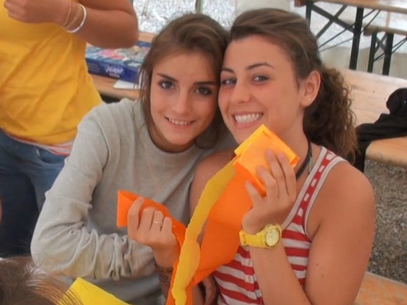 Deux jeunes filles avec du papier crêpon en colonie de vacances été