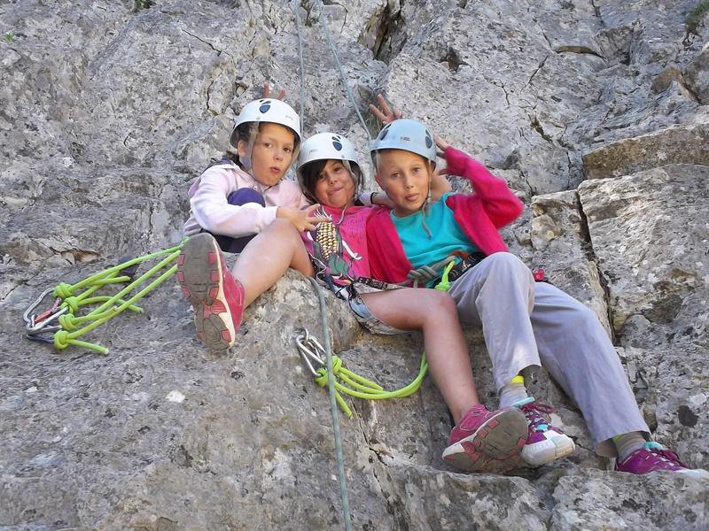 Trois jeunes filles assises sur la roche en colonie de vacances escalade été