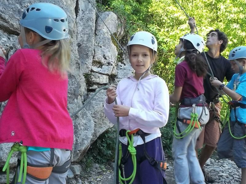 Enfants faisant de l'escalade en colonie de vacances été