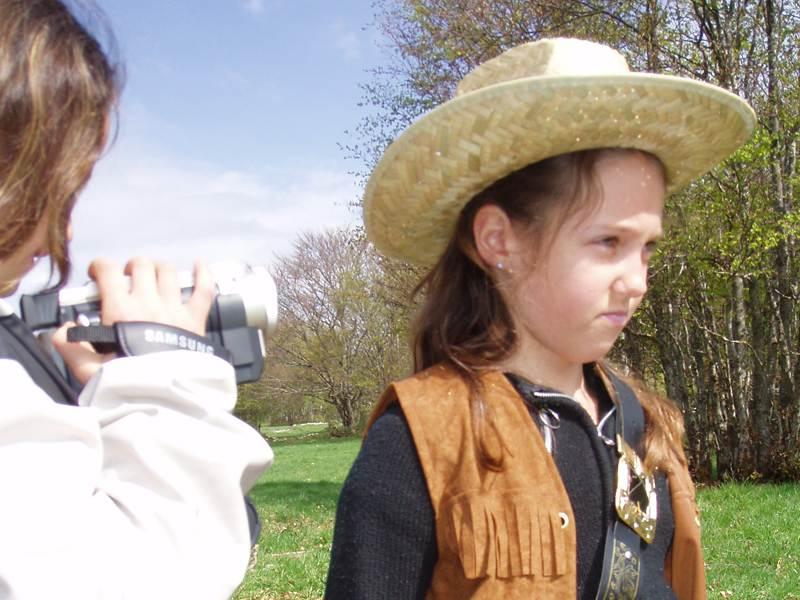 Portrait d'une fillette déguisée en cowboy en colonie de vacances artistique à la campagne été