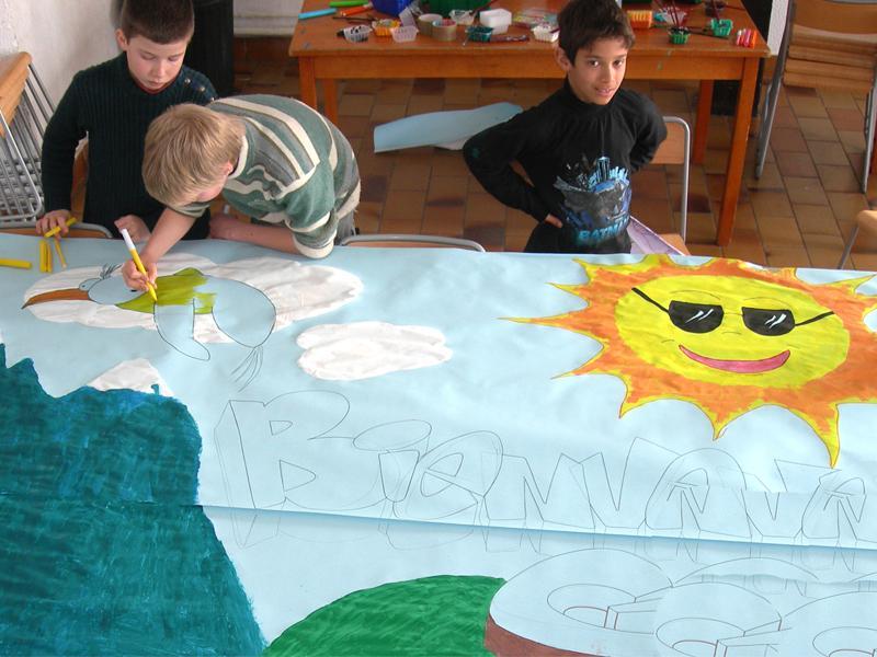 Trois enfants peignant une fresque en colonie de vacances été artistique