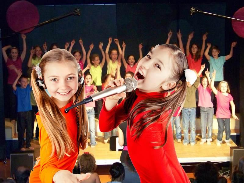 Deux jeunes filles chantant en colonie de vacances chant et danse
