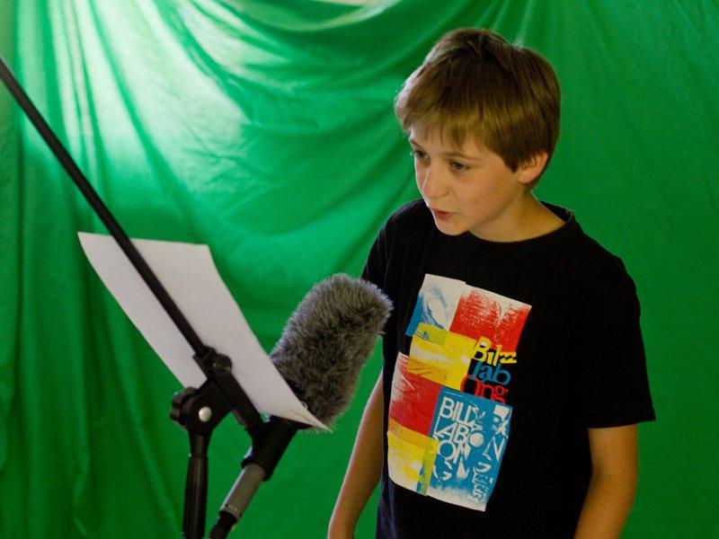 Jeune garçon apprenant à faire des voix off en colonie de vacances