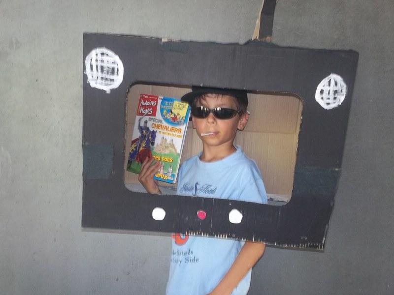 Enfant déguisé en télévision en colonie de vacances artistique été