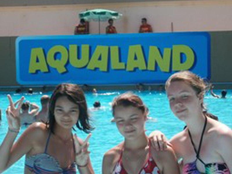 Trois jeunes filles à la piscine en colonie de vacances à aqualand