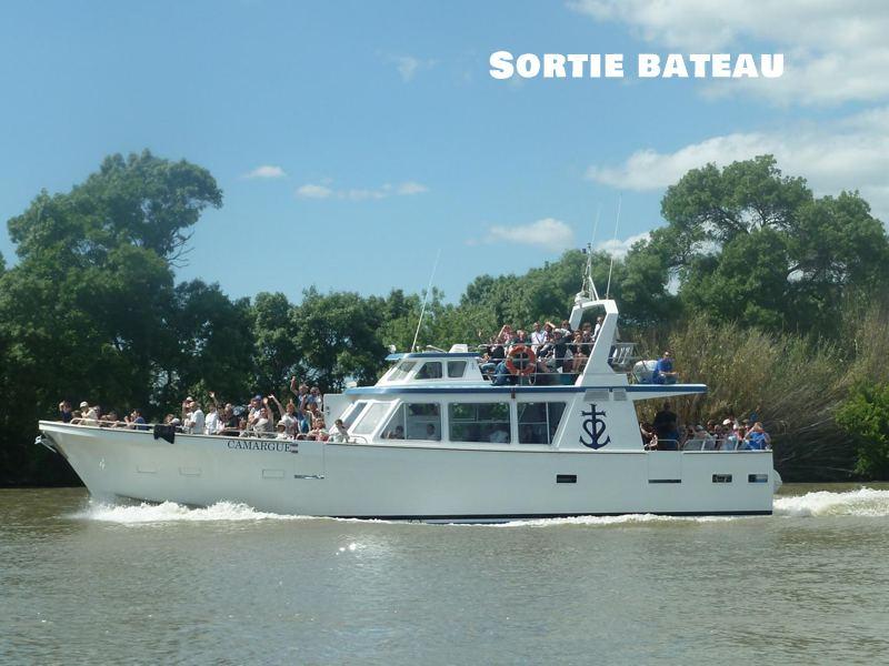 enfants et ados sur un bateau en colonie de vacances d'été en camargue