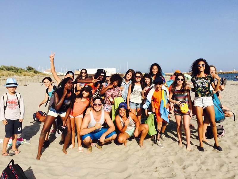 Groupe d'enfants sur la plage en colonie de vacances d'été