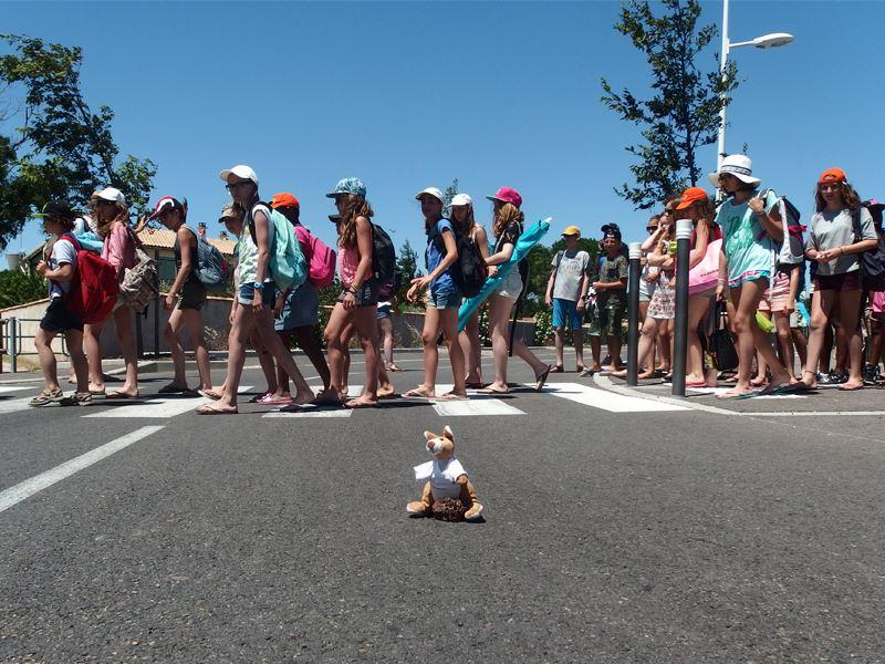Enfants traversant en colonie de vacances d'été
