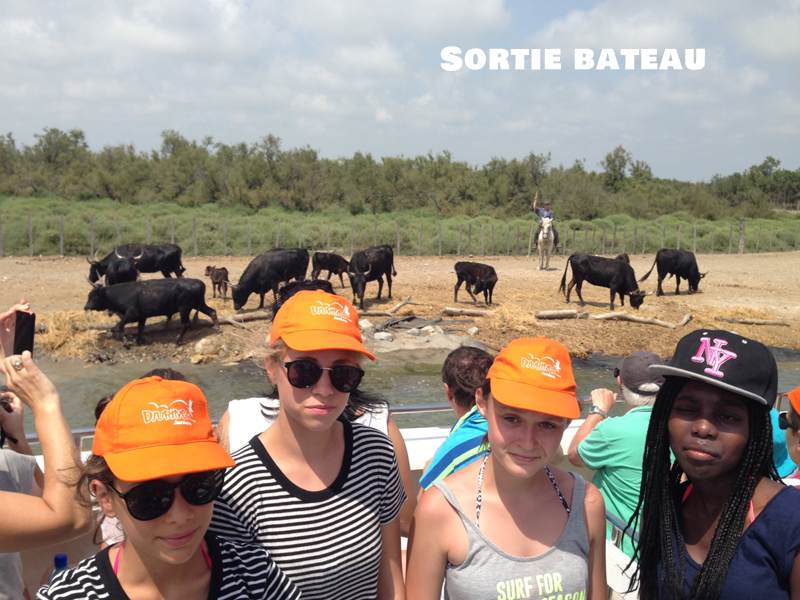 Adolescents faisant une sortie bateau en colonie de vacances en camargue
