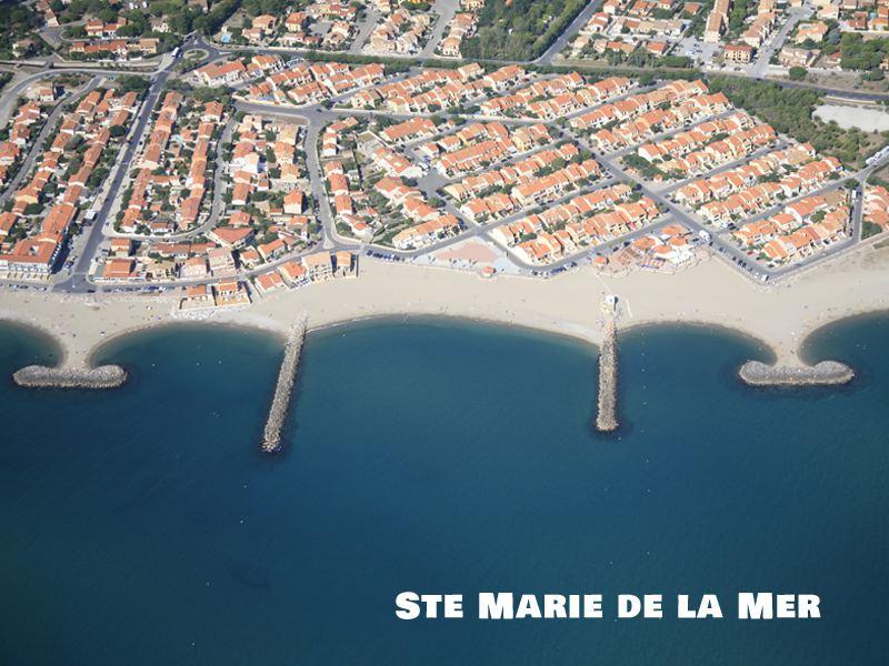 Vue du ciel sur Sainte Marie de la mer en colonie de vacances d'été