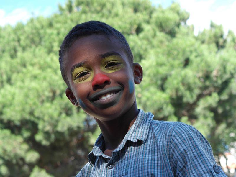 Enfant maquillé en clown en colonie de vacances d'été
